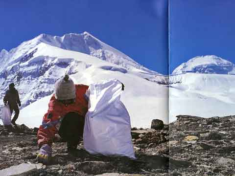 Collecting Garbage At Foot Of Tukuche Peak With Dhaulagiri Behind - Dhaulagiri, Dhaula gueri: Une aventure citoyenne book