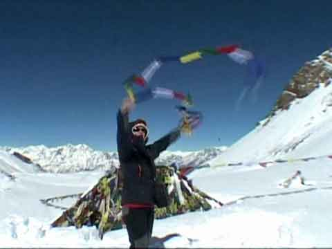 Placing prayer flags on the Thorung La - Le Tour des Annapurnas DVD
