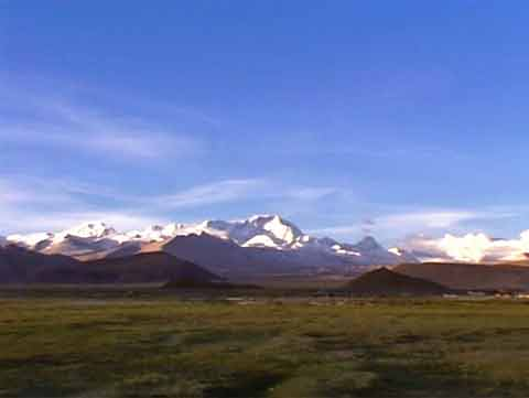 Cho Oyu glistens in the early morning sunshine across the Tingri Plain - Tibet: Mit dem Motorrad zum Mount Kailash DVD